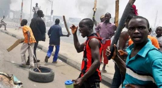 BREAKING: Hoodlums, Security Operatives In Gun Duel In Apapa, Lagos
